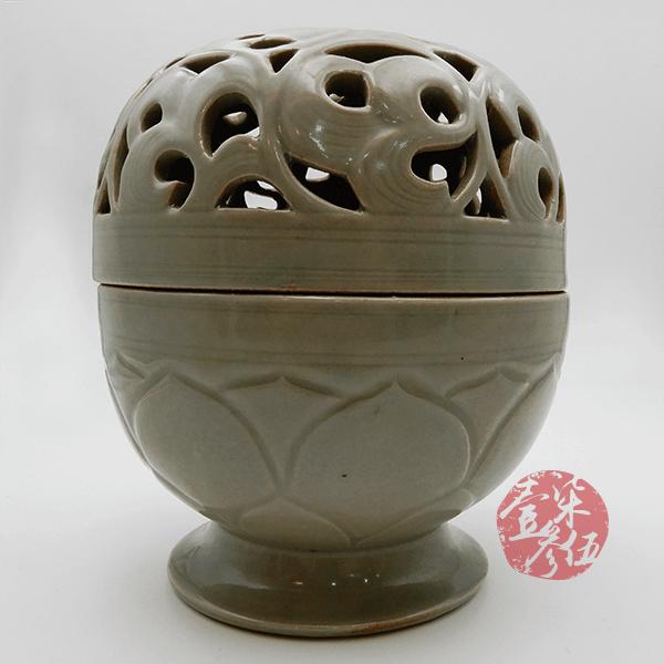五代時期 秘色青瓷鏤孔雕花薰爐